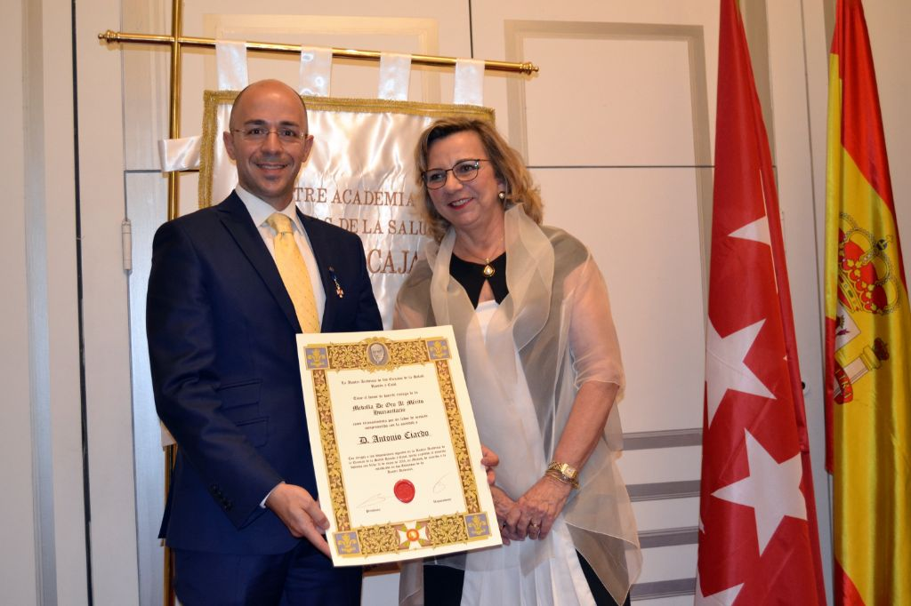 """Nuestro-director-ha-sido-galardonado-con-la-""""Medalla-al-Mérito-Humanitario"""""""